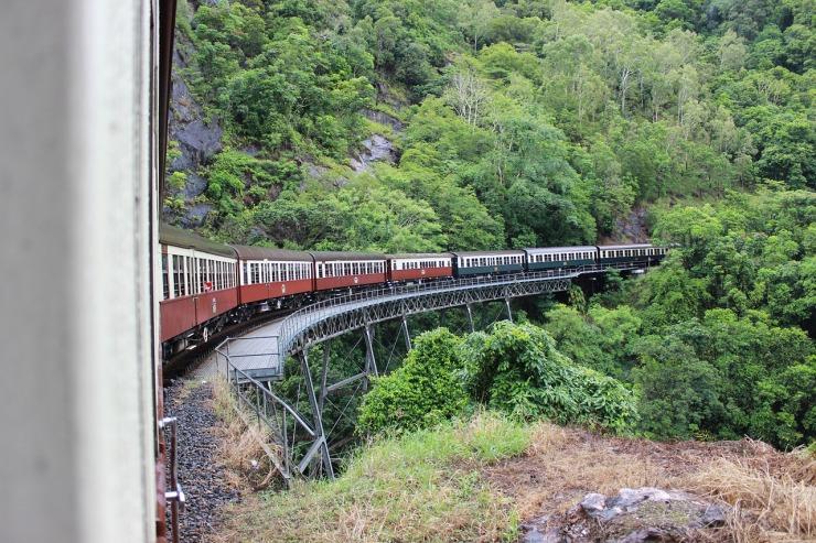 train-657036_1280